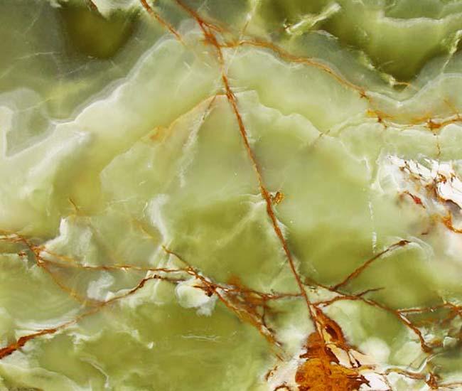 Onyx dzięki właściwościom przepuszczania światła jest  najbardziej atrakcyjnym  materiałem dekoracyjnym. Dekoracyjne walory tego kamienia są nie do  przecenienia.   Wykorzystywany głównie do wykonywania elementów dekoracyjnych, stolików  i stołów, posadzek, blatów i parapetów. Onyx posiada też podobnież ukryte  właściwości energetyczne.